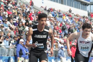 Davis' strong opening leg ignites Jaguars in 4×800 relay